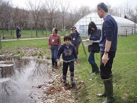 岸の状況、池の底のようすを調べています。